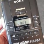 80er jaren Walkman van nieuw aandrijfriempje voorzien