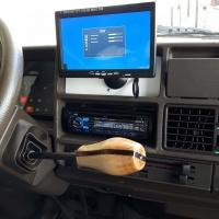 Niewe pookknop en monitor op het dashboard